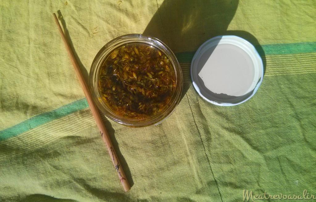 Tarro de cristal con hipérico y aceite